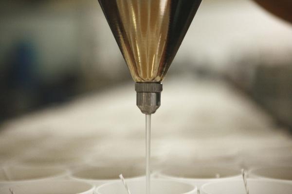 coulage de la cire parfumée dans les verres personnalisés
